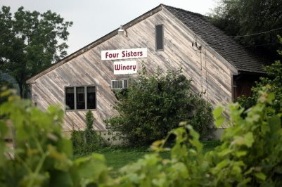 four-sisters-winery-5e90544070be2446